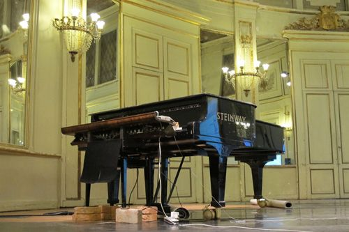 Le robot installé à la salle de l'institut le 7 décembre 2012 pour le concert avec Elodie calloud Belecourt